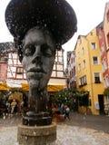 Två vände mot springbrunnen på Bernkastel-Kues, Tyskland royaltyfri bild