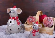 Två vänliga julmöss med äpplen och korgen Royaltyfri Fotografi