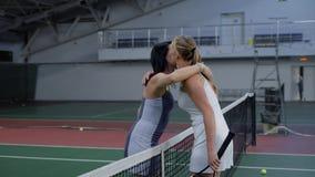 Två vänliga kvinnliga tennisspelare efter leken Dem som till varandra går lager videofilmer