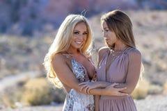 Två Vänner Enjoying Varje Annannar Företag på en ökenväg royaltyfria bilder
