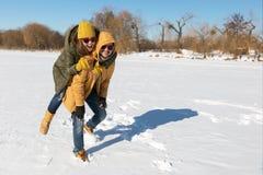 Två vänner har gyckel i en snöig vinterdag royaltyfria foton