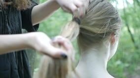 Två vänner kammar deras hår lager videofilmer