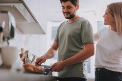 Två vänner lagar mat frukosten hemma royaltyfri bild