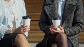 Två vänner och två rånar av kaffe stock video