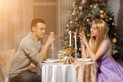 Två vänner på en romantisk matställe vid levande ljus Man och kvinna till Royaltyfri Fotografi