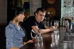Två vänner som dricker vodka, synar det sista exponeringsglaset arkivbild