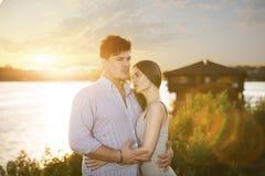 Två vänner som embrassing på solnedgång Fotografering för Bildbyråer