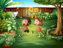 Två vänner som fångar fjärilar på trädgården Arkivbilder