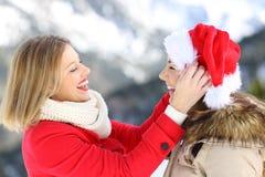 Två vänner som skojar i julferier royaltyfri foto
