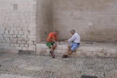 Två vänner som spelar kort på en sommardag Royaltyfri Bild