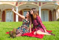 Två vänner som tar en selfie arkivfoto