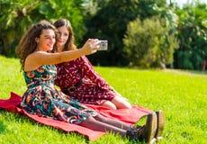 Två vänner som tar en selfie arkivfoton