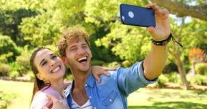 Två vänner som tar en selfie arkivfilmer