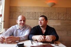 Två vänner i pub royaltyfri bild