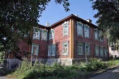 Två-våning ett trähus i Penza Royaltyfri Bild