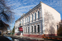 Två-våning hus med härliga fönster och en balkong Royaltyfri Foto
