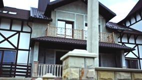 Två-våning stugahus med en vind lager videofilmer