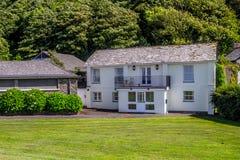 Två-våning vitt hus på norrkusten av Devon royaltyfri bild