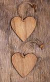 Två valentin på den gamla träbakgrunden kopiera avstånd valentin för dag s Arkivbilder
