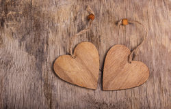 Två valentin på den gamla träbakgrunden Trähjärtor kopiera avstånd valentin för dag s Arkivbild