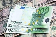 Två valutor - US-dollar och Euro Arkivfoton