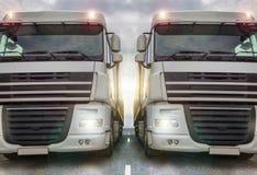 Två vanliga lastbilar på en huvudväg Royaltyfria Bilder