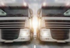 Två vanliga lastbilar på en huvudväghastighetssuddighet Royaltyfria Bilder