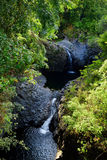 Två vattenfall och vattenpöl längs Pipiwaien skuggar i den Haleakala nationalparken, Maui, Hawaii Royaltyfria Bilder