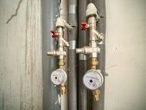 Två vattenmeter i badrum av den nya lägenheten arkivfoton