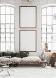 Två vertikala modellaffischer i sjaskig inre bakgrund, skandinavisk stil arkivbilder