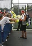 Två Victoria Azarenka för mästare för storslagen Slam för tider undertecknande autografer efter övning för US Open 2013 Royaltyfria Foton