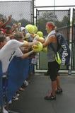 Två Victoria Azarenka för mästare för storslagen Slam för tider undertecknande autografer efter övning för US Open 2013 Arkivfoto