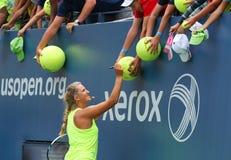 Två Victoria Azarenka för mästare för storslagen Slam för tider undertecknande autografer efter övning för US Open 2014 Royaltyfri Foto