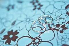 Två vigselringar av vit guld på en blå metall boxas Royaltyfria Bilder