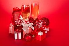 Två vinexponeringsglas med champagne- och gåvaaskar royaltyfri fotografi