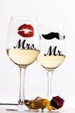 Två vinexponeringsglas med vin som isoleras på en vit bakgrund Exponeringsglas för kvinna och man vit wine lycklig livsstil roman Fotografering för Bildbyråer