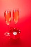Två vinexponeringsglas och liten gåvaask arkivfoto