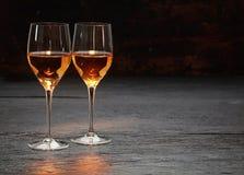 Två vinexponeringsglas som står på stenyttersida Royaltyfria Foton