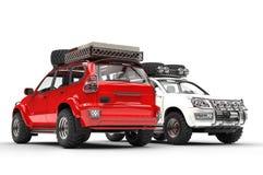 Två vit moderna SUVs - som är röd och Royaltyfria Bilder