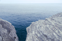 Klippor ovanför havet Royaltyfria Foton