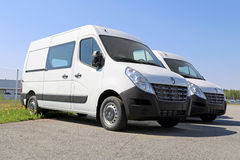 Två vit Renault Master Vans, tredje utveckling Arkivfoto