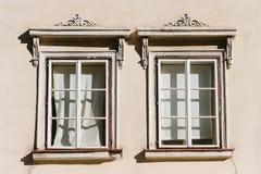 två vita fönster royaltyfri bild