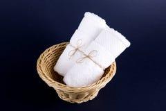 Två vita handdukar rullade in i en rulle Royaltyfria Bilder
