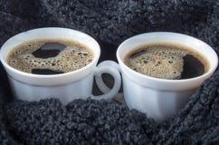 Två vita koppar med svart kaffe och skum Royaltyfri Bild