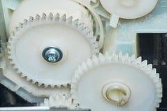 Två vita kugghjul förbindelse i apparaten Närbild Arkivbild