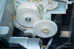 Två vita kugghjul förbindelse i apparaten Närbild Arkivfoton