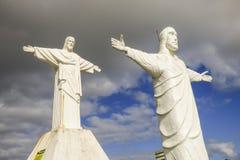 Två vita statyer av Kristussida - förbi - sida arkivfoton