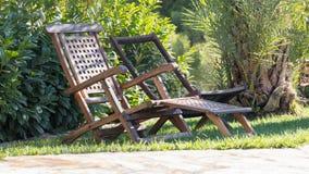 Två vita stolar på stranden Royaltyfri Bild