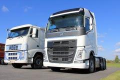 Två vita Volvo FH lastbilar Royaltyfri Foto