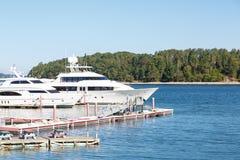 Två vita yachter i Maine Harbor Royaltyfria Bilder